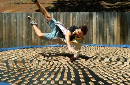 Ամերիկացի բլոգերը ցատկել է  թակարդապատ բատուտի վրա. տեսանյութ