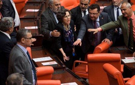 Թուրքիայի խորհրդարանում իրար են ծեծել (տեսանյութ)