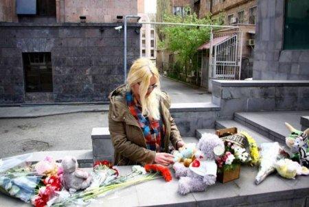 «Կեմերովո, մենք քեզ հետ ենք». ՀՀ-ում ՌԴ դեսպանատան առաջ ծաղիկներ են դրվում ի հիշատակ հրդեհից զոհվածների