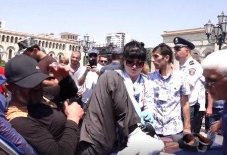 Կառավարության մոտ քաղաքացին ի նշան բողոքի մեխել էր ոտքերը․տեսանյութ