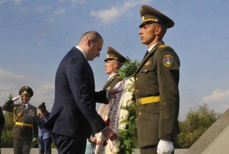 Վրաստանի վարչապետը հարգանքի տուրք մատուցեց Հայոց ցեղասպանության զոհերի հիշատակին