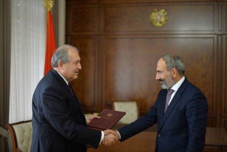 Նախագահի նստավայրում կայացել է Արմեն Սարգսյանի և Նիկոլ Փաշինյանի հանդիպումը