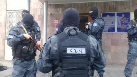 Դիմակավորված տասնյակ ոստիկաններ Վանաձորում են. թիրախը՝ քրեական հեղինակություններն են