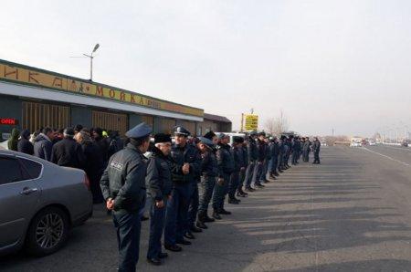 Բախում ոստիկանների եւ ճանապարհը փակած Էջմիածինցիների դեմ. Օդանավակայան տանող ճանապարհը փակ է