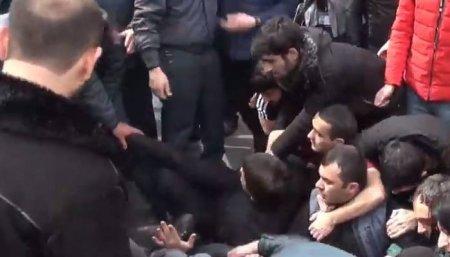 Տեսանյութ. «Վառում եմ»․ ակցիայի մասնակիցները բենզին են լցնում սրճարանների վրա
