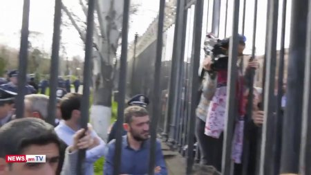 Տեսանյութ. Բռնվեք, ազգն է գալիս.ԱԺ շենքի առջեւ տրանսգենդերների դեմ բողոքի ակցիային նոր խումբ է միացել (ուղիղ)